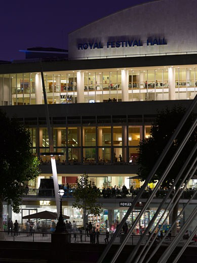ROYAL FESTIVAL HALL REVIVAL EXHIBITION, SOUTHBANK CENTRE, LONDON, SW7 SOUTH KENSINGTON, UNITED KINGDOM, NIGHT VIEW FROM HUNGERFORD BRIDGE, LESLIE MARTIN, ROBERT MATTHEWS, PETER MORO AND ALLIES AND MORRISON ARCHITECTS : Stock Photo