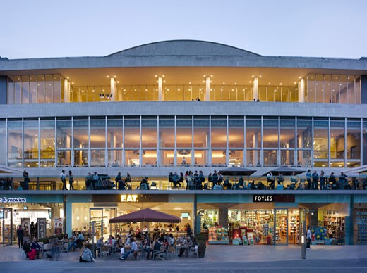 ROYAL FESTIVAL HALL REVIVAL EXHIBITION, SOUTHBANK CENTRE, LONDON, SW7 SOUTH KENSINGTON, UNITED KINGDOM, DUSK RIVER ELEVATION, LESLIE MARTIN, ROBERT MATTHEWS, PETER MORO AND ALLIES AND MORRISON ARCHITECTS : Stock Photo