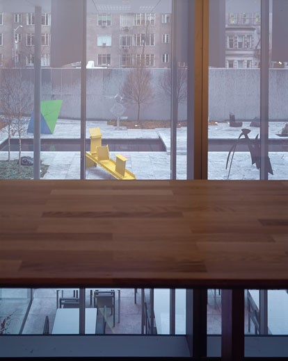 MUSEUM OF MODERN ART, 53RD STREET, NEW YORK, NEW YORK, UNITED STATES, VIEW TO GARDEN FROM CAFE CORRIDOR, YOSHIO TANIGUCHI AND ASSOCIATES : Stock Photo