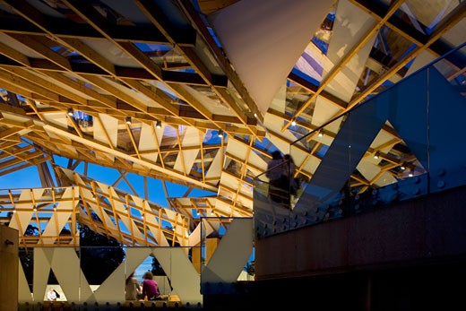 Serpentine gallery pavilion 2008 night view of interior roof and viewing platform., Serpentine Gallery Pavilion 2008, Kensington Gardens, London, W2 Paddington, United Kingdom, Frank Gehry : Stock Photo