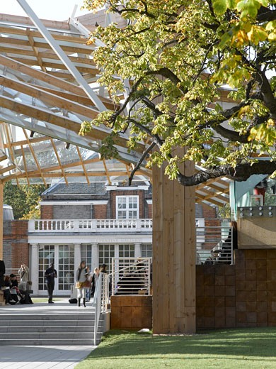 Serpentine gallery pavilion 2008 view looking through to gallery with people., Serpentine Gallery Pavilion 2008, Kensington Gardens, London, W2 Paddington, United Kingdom, Frank Gehry : Stock Photo