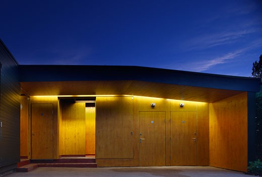 Regent's park open air theatre dusk view of toilets entrance area., Regent's Park Open Air Theatre, Regent's Park, London, NW1 Camden Town, United Kingdom, Prewett Bizley Architects : Stock Photo