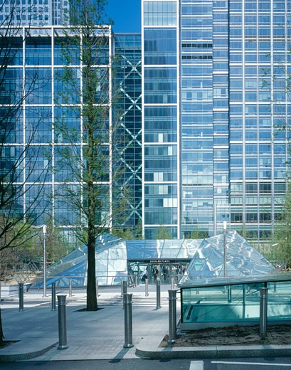 Stock Photo: 1801-3453 JUBILEE PLACE, CANARY WHARF, LONDON, E14 POPLAR, UNITED KINGDOM, STREET ENTRANCE TO SHOPPING MALL IN COMMERCIAL AREA, ARUP ASSOCIATES
