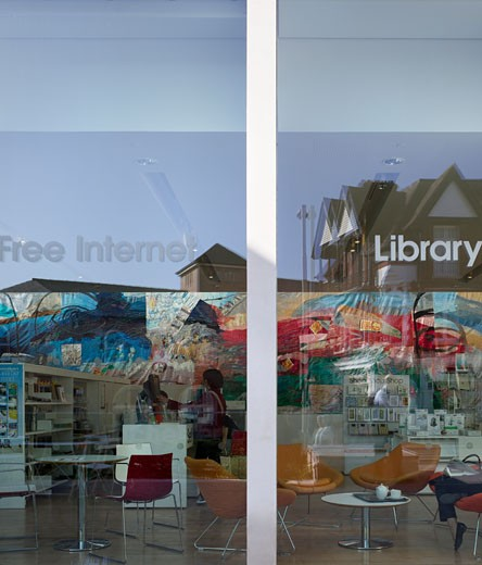Winchester Discovery Centre, Winchester, Hampshire County Council Architects, Winchester discovery centre alice kettle tapestry wall art view from street with reflections. : Stock Photo