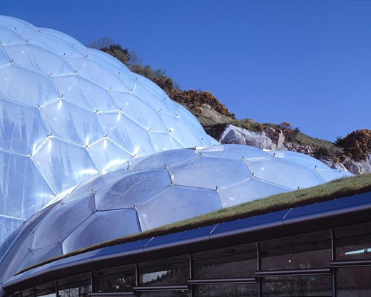 Eden Project, St Austell, United Kingdom, Grimshaw, Eden project landscape exterior humid tropics biome roof and grass roof of restaurant/educational resource centre. : Stock Photo