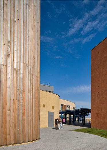 ROMFORD HOSPITAL, ROMFORD, LONDON, UNITED KINGDOM, VIEW OF ENTRANCE AND TIMBER CLAD TOWER, BUILDING DESIGN PARTNERSHIP : Stock Photo