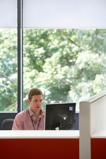 Johnson & Johnson Medical Ltd, Wokingham, United Kingdom, Tp Bennett, Johnson & johnson medical ltd wokingham interior office shot of a man working at his desk. : Stock Photo