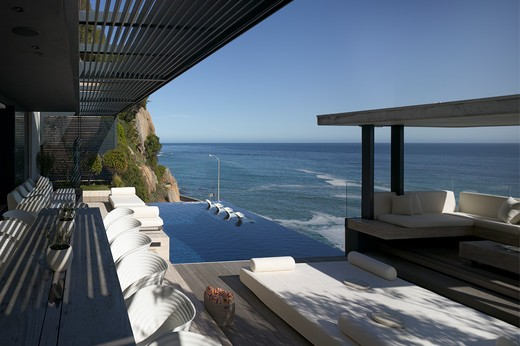 Private House, Cape Town, South Africa, Stefan Antoni Olmesdahl Truen Architects, STEFAN ANTONI OLMESDAHL TRUEN ARCHITECTS PRIVATE HOUSE CAPE TOWN SOUTH AFRICA OBLIQUE EXTERIOR OF OUTSIDE DINING AND OCEAN : Stock Photo