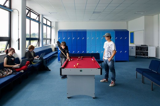 Brislington Enterprise College, Bristol, United Kingdom, Flacq Architects, BRISLINGTON ENTERPRISE COLLEGE FLACQ ARCHITECTS BRISTOL 2008. AN INTERIOR SHOT SHOWING STUDENTS RELAXING IN THE COMMON ROOM : Stock Photo