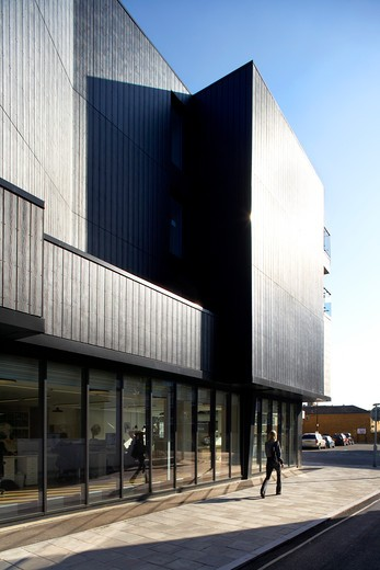 134-144 Southwark Bridge Road, London, United Kingdom, Glas Architects, 134-144 SOUTHWARK BRIDGE ROAD GLAS ARCHITECTS LONDON UK 2009. GROUND FLOOR EXTERIOR SHOT SHOWING THE WOODEN PANELS AND GLASS WINDOWS : Stock Photo