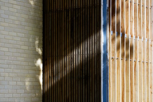 Kimbolton School, Cambridge, United Kingdom, Rmjm, KIMBOLTON SCHOOL: QUEEN KATHERINE BUILDING RMJM HUNTINGDON CAMBRIDGESHIRE UK 2009. CLOSE UP EXTERIOR SHOT OF THE VERTICAL TIMBER SUN BREAKS : Stock Photo