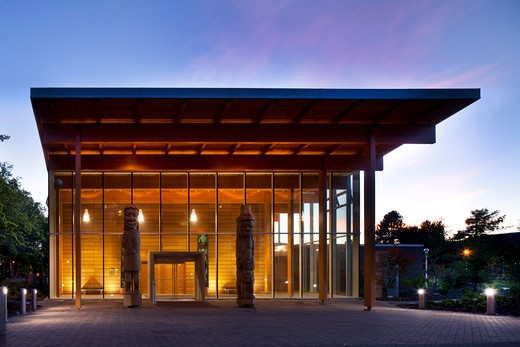 Frist Peoples House Alfred Waugh Architect Victoria Canada 2009 Main Entrance Through Two Welcoming Poles : Stock Photo