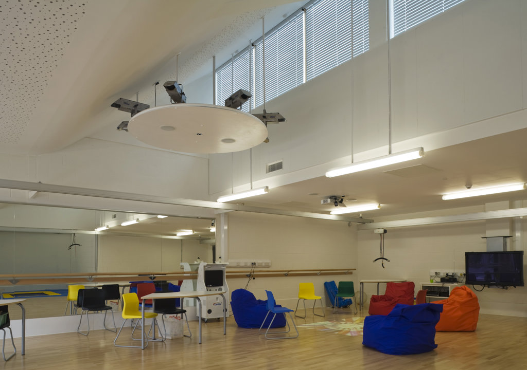 Stock Photo: 1801-59006 Tuke School, Haverstock Associates, London, 2010, Oblique Classroom Interior With Clerestory