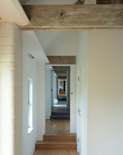 CONVERTED BARN, SUSSEX, UNITED KINGDOM, INTERIOR VIEW LONG CORRIDOR, CASSON MANN : Stock Photo