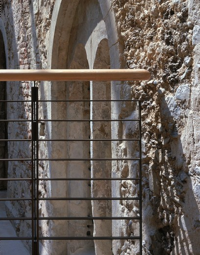 Additions To Courtyard And Crypt  Lambeth Palace New Additions To Courtyard And Crypt. Richard Griffiths Architects. May 2000. Handrail And Stone Detail. : Stock Photo