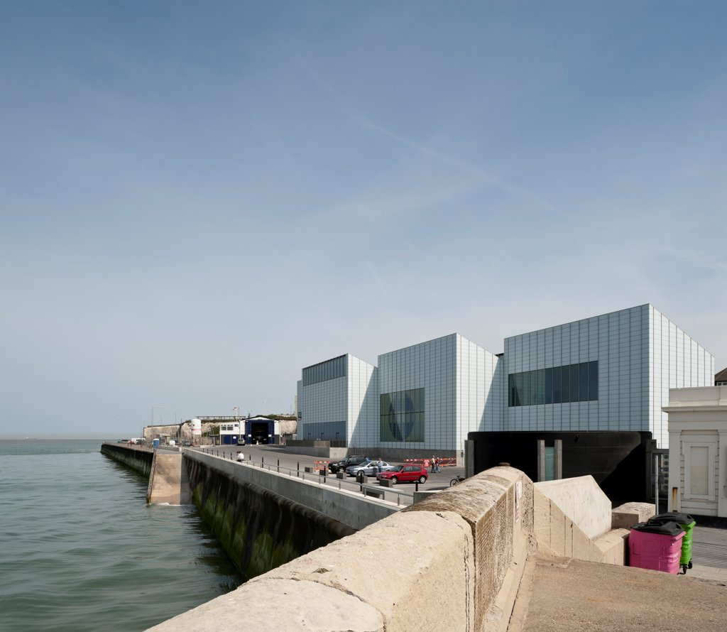 Turner Contemporary Gallery, Margate, United Kingdom. Architect David Chipperfield Architects Ltd, 2011. View of gallery in context. : Stock Photo