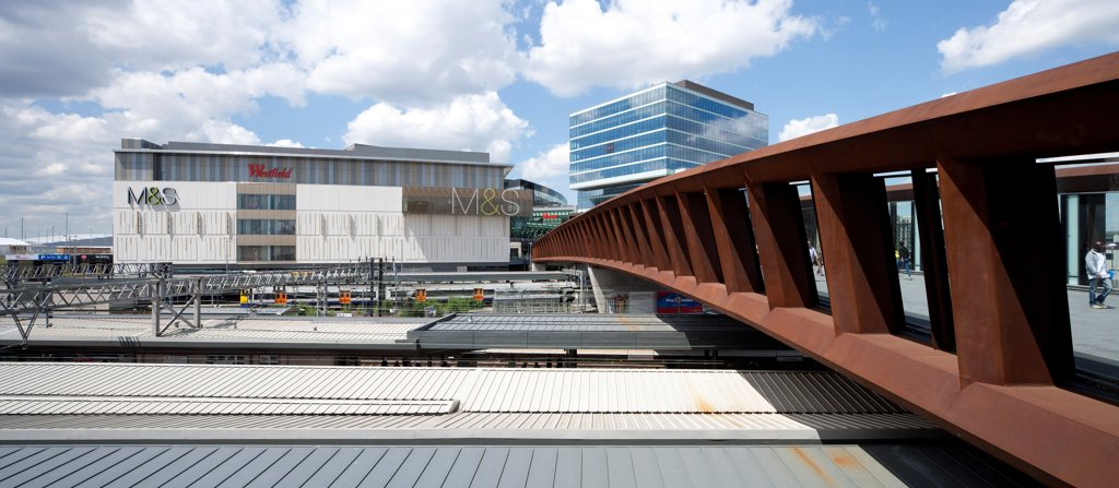 Westfield Stratford City, Shopping Mall, Europe, United Kingdom,2011, Fletcher Priest Architects LLP. Looking along outside of link bridge towards Westfield. : Stock Photo