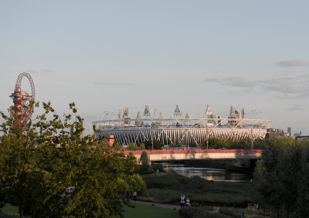 Olympic Stadium London 2012, London, United Kingdom. Architect: Populous, 2012. General view of Stadium with Arcelormittal Orbit by Anish Kapoor on left and park in foreground. : Stock Photo