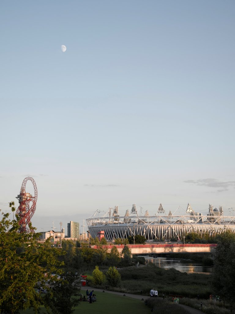Stock Photo: 1801-74526 Olympic Stadium London 2012, London, United Kingdom. Architect: Populous, 2012. General view of Stadium with Arcelormittal Orbit by Anish Kapoor on left and park in foreground.