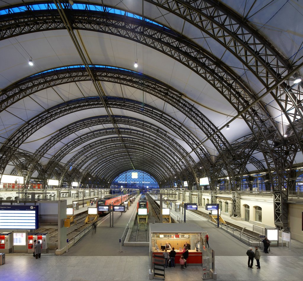 Stock Photo: 1801-76279 Dresden Hauptbahnhof, Dresden, Germany. Architect: Foster + Partners, 2006. View of platforms with barrel-vaultet roof and glass fibre skin.