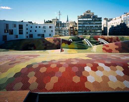 SANTA CATERINA MARKET, AV FRANCESC COMBO, BARCELONA, SPAIN, VIEW OF THE MOSAIC ROOF, EMBT ARQUITECTES ASSOCIATS SL -ENRIC MIRALLES BENEDETTA TAGLIABUE : Stock Photo