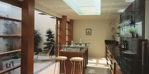PRIVATE HOUSE, LONDON, W10 NORTH KENSINGTON, UNITED KINGDOM, KITCHEN GRILL HOB AND GARDEN, FORMWORK ARCHITECTS LTD : Stock Photo