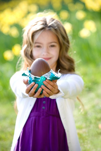 A young girl holding an Easter egg  : Stock Photo