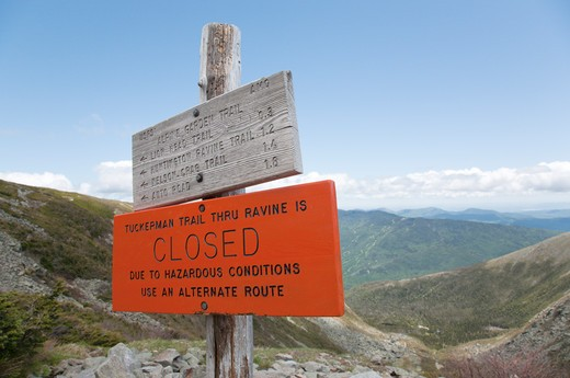 Tuckerman Ravine Trail  Closed Sign . Located in the White Mountains, New Hampshire USA  Notes:  Mount Washington is famous for the highest wind gust ever measured on earth at 231 miles per hour on April 12, 1934 : Stock Photo