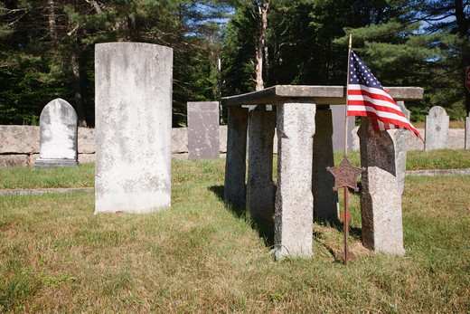Burial site of Rev. Parson Samuel Hidden (on right) in cemetery located next to Ordination Rock in Tamworth, New Hampshire USA.   Ordination Rock was wher Rev. Parson Samuel Hidden was ordained on September 12, 1792 and became the first settled minister in Tamworth : Stock Photo