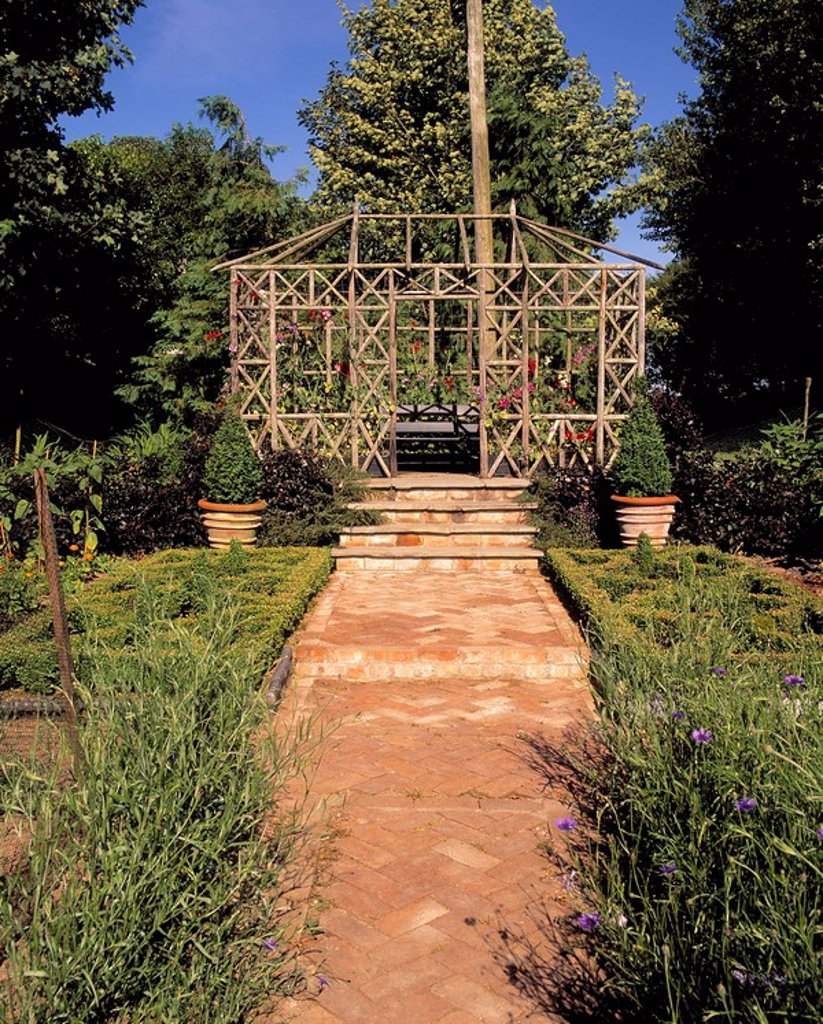 Garden, Wooden structure at the end of a path : Stock Photo