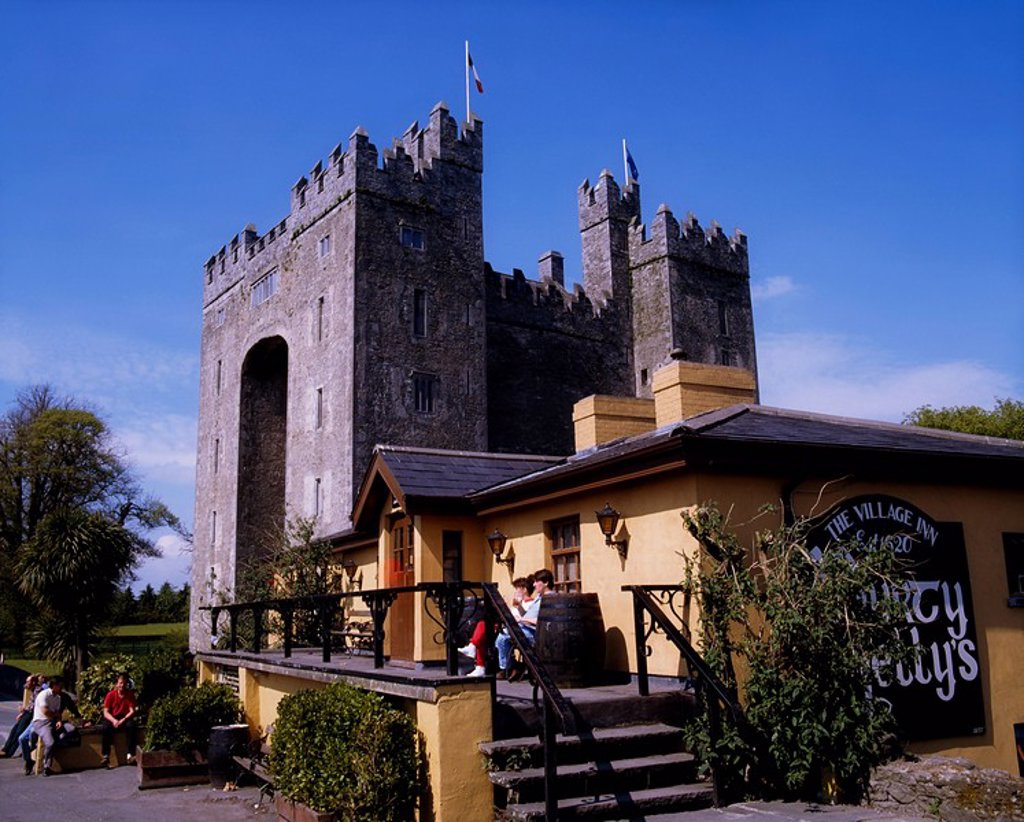 Durty Nelly´s Pub, Bunratty Castle, Co Clare, Ireland, People at a famous pub established in the 19th Century with Bunratty Castle in the background : Stock Photo
