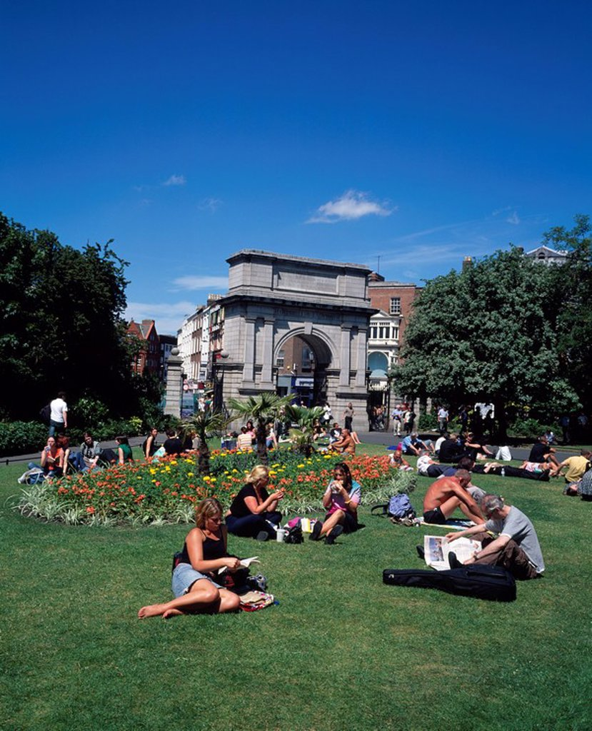 Stock Photo: 1812-9773 People relaxing in park, St. Stephen´s Green, Dublin City, County Dublin, Ireland