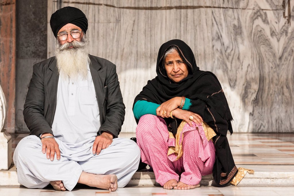 Stock Photo: 1815-110063 India, Delhi, Sikh couple sitting at Gurudwara Bangla Sahib