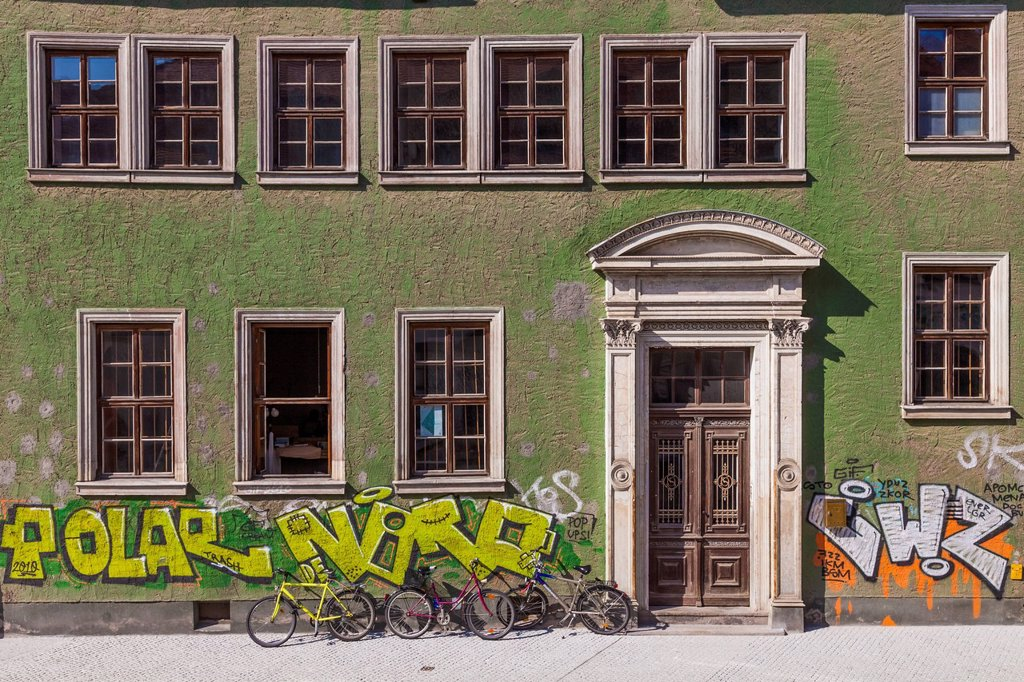 Stock Photo: 1815-154967 Germany, Saxony-Anhalt, Halle, House front with graffitis and bicycles