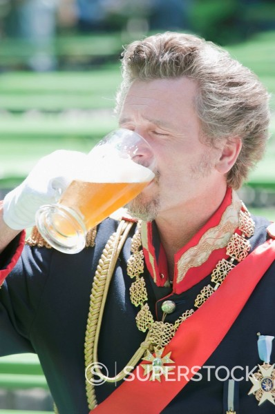 Stock Photo: 1815R-100049 Germany, Man as King Ludwig of Bavaria drinking beer