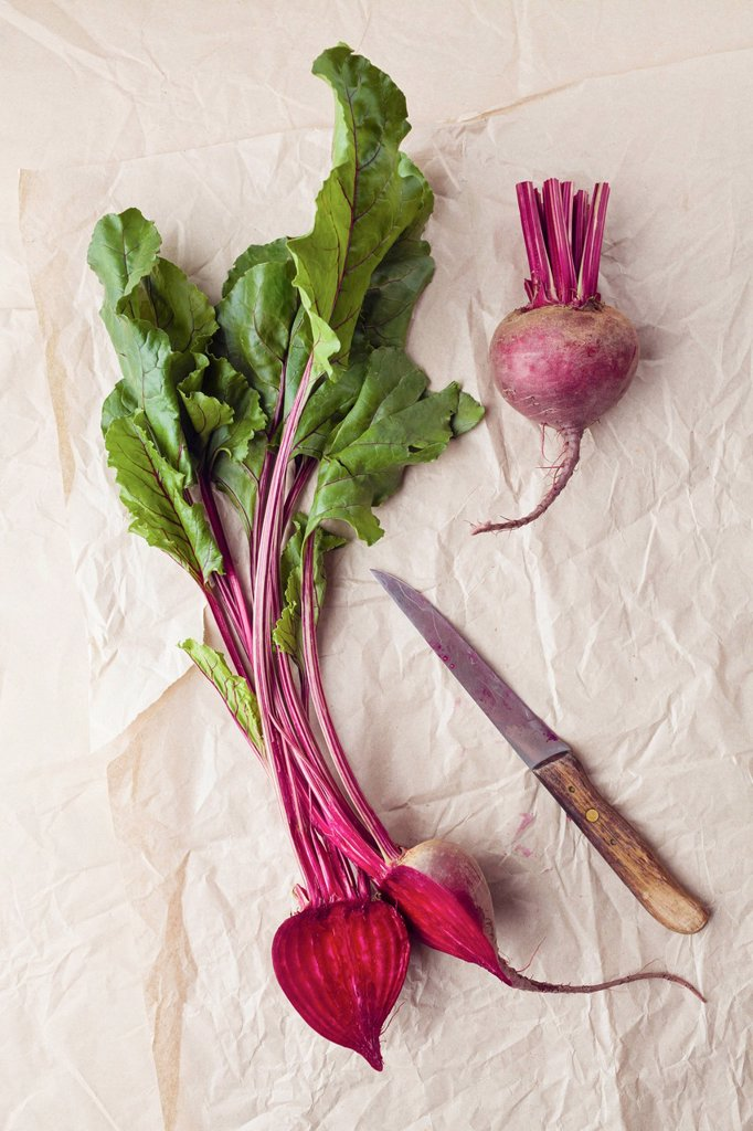 Stock Photo: 1815R-106678 Beetroots with knife on parchment paper