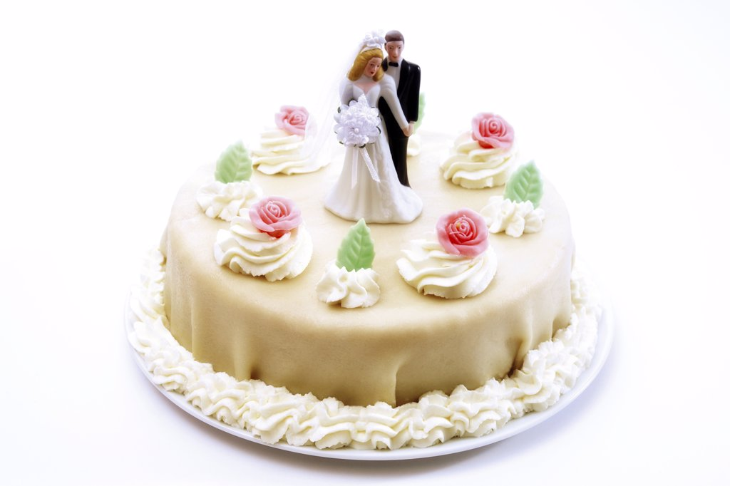 Wedding cake topper with bride and groom : Stock Photo