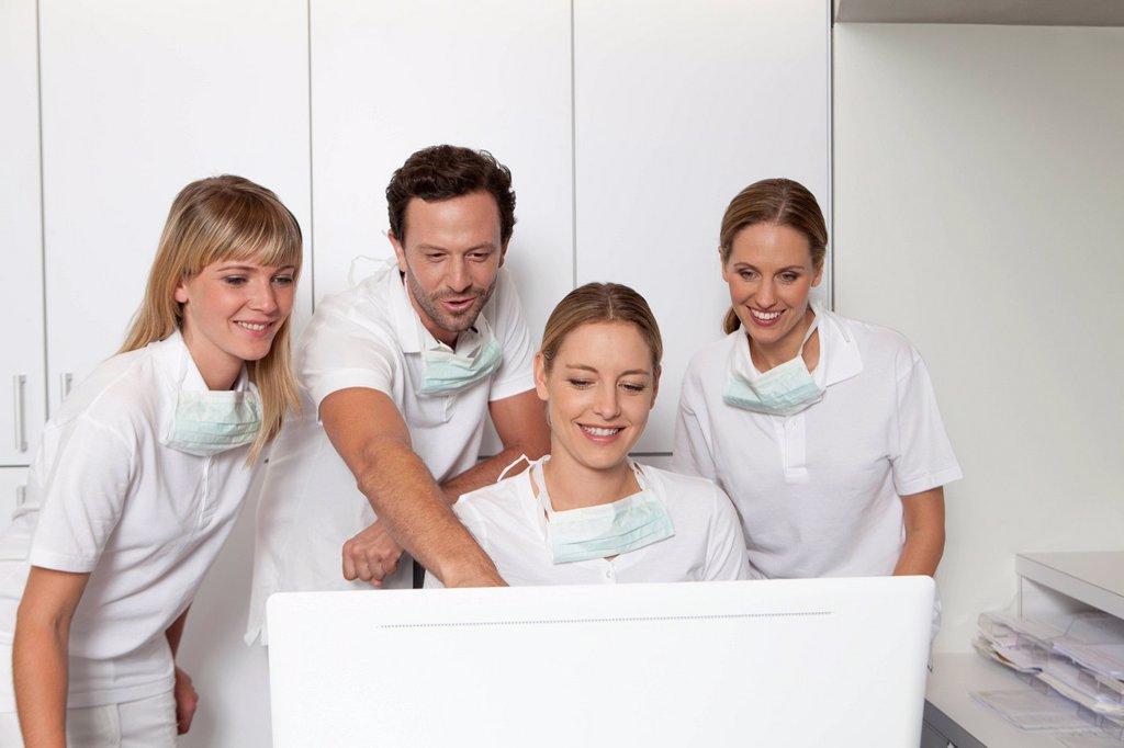 Stock Photo: 1815R-111391 Germany, Dentist and assistance looking at screen