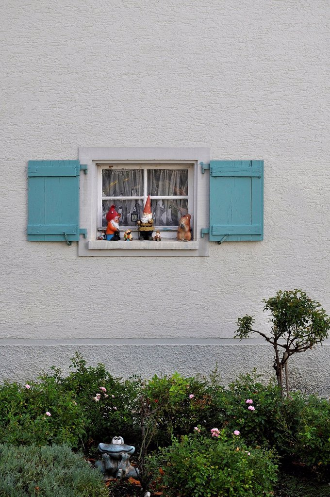 Stock Photo: 1815R-113275 Germany, Baden Wuerttemberg, Window with shutter and garden gnomes