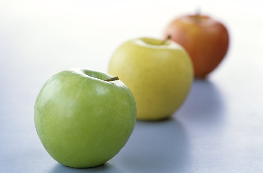 Stock Photo: 1815R-1144 Apples in a line, close up