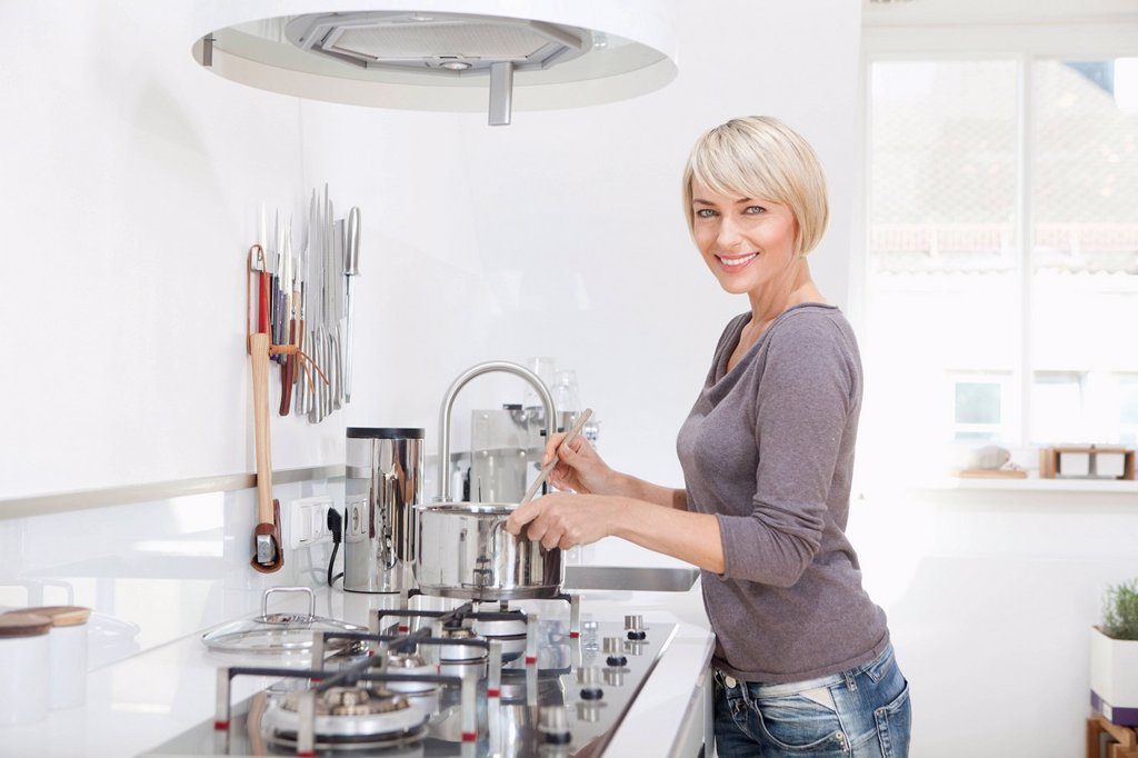 Stock Photo: 1815R-114956 Germany, Bavaria, Munich, Woman preparing food in kitchen