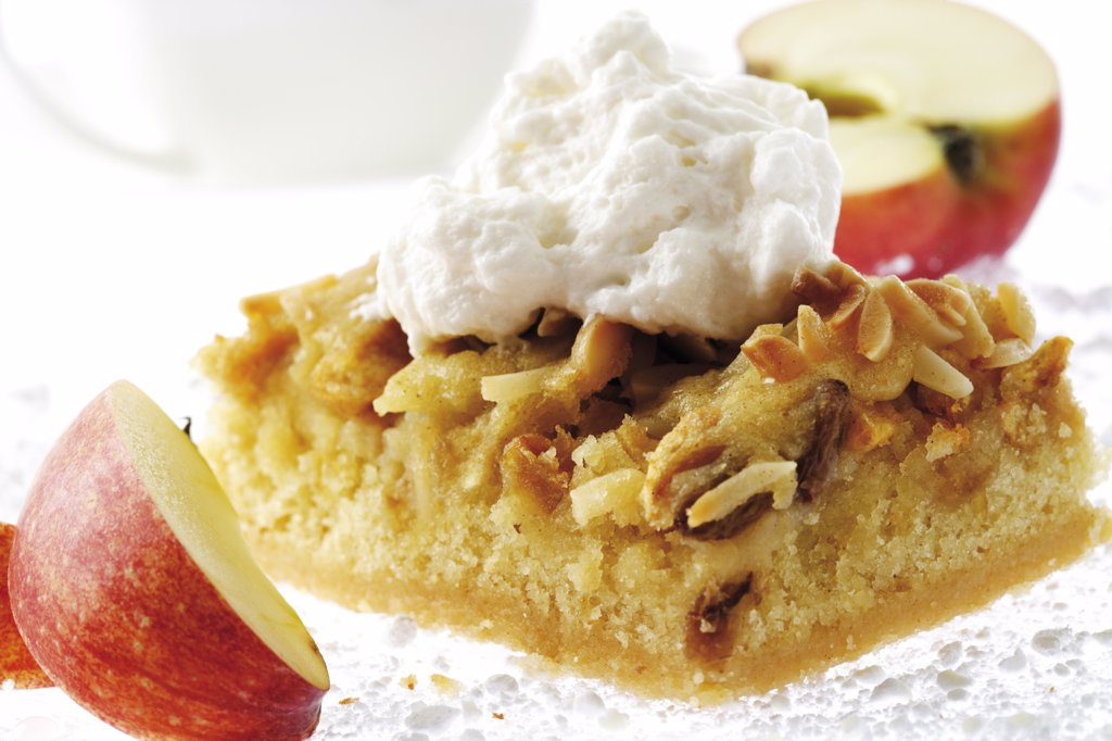 Stock Photo: 1815R-13758 Roast apple cake with cream, apple slices, close-up