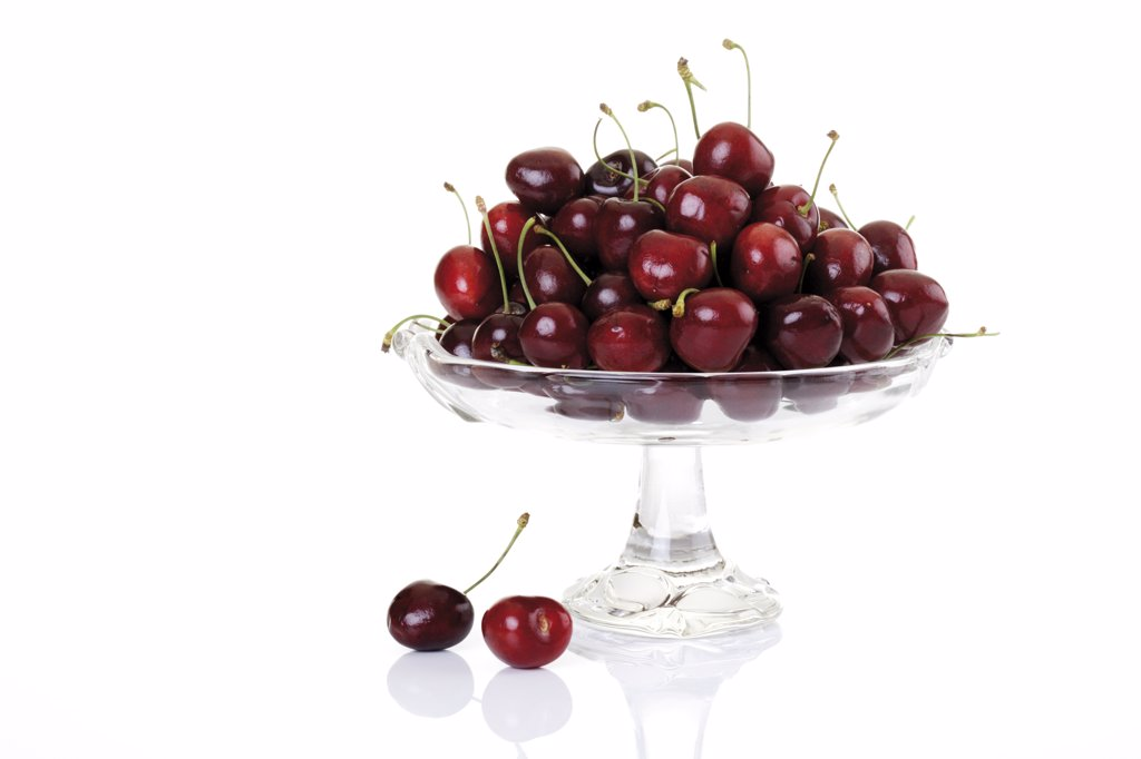 Fresh cherries in bowl, close-up : Stock Photo