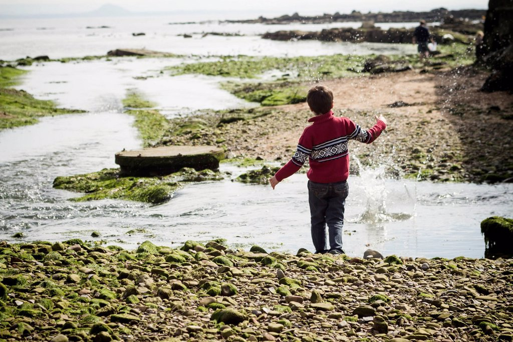 Stock Photo: 1815R-149566 Great Britain, Scotland, Fife, Anstuther, boy at the beach throwing stones into water