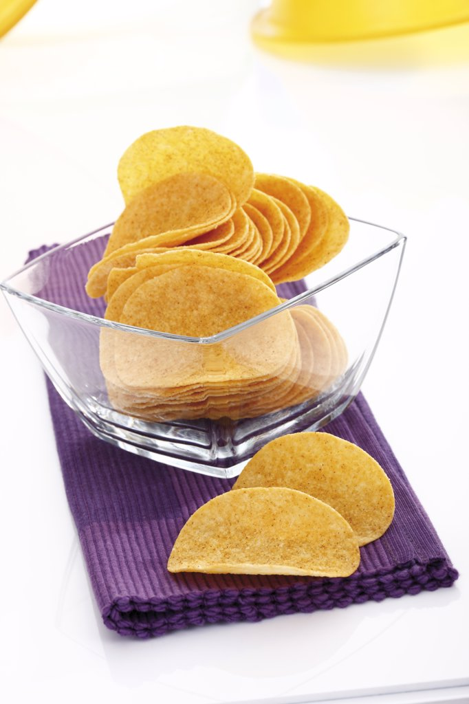 Stock Photo: 1815R-16590 Potato chips in glass bowl
