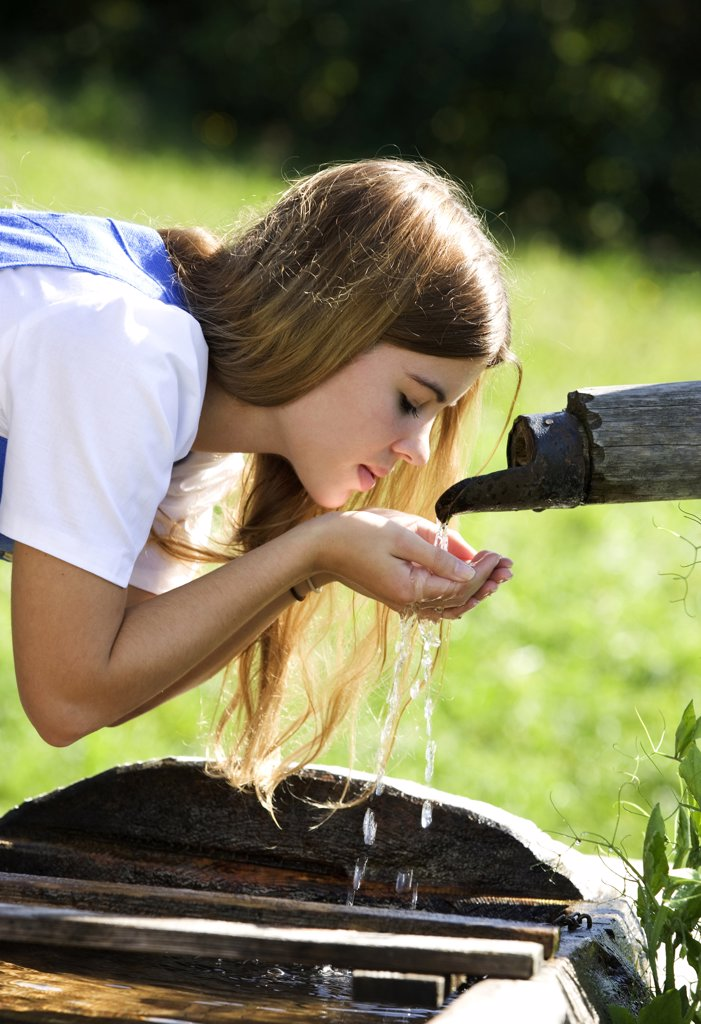 Stock Photo: 1815R-21349 Young water drinking water at fountain