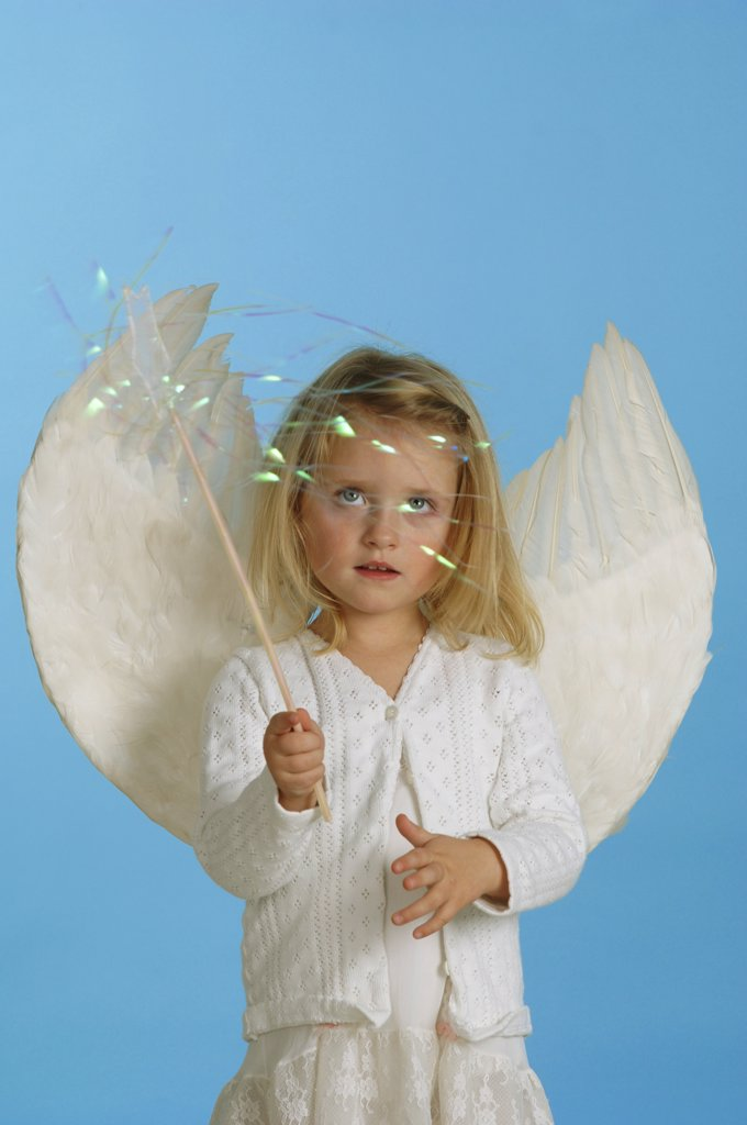 Girl (3-4) dressed in angel's costume : Stock Photo