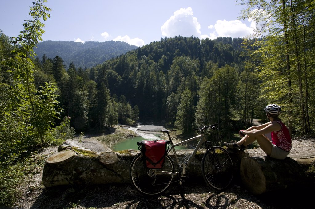 Stock Photo: 1815R-45529 Germany, Bavaria, Lake Sylvenstein, Woman with mountain bike taking a break