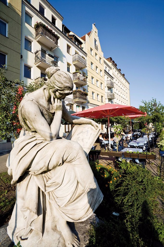 Stock Photo: 1815R-50514 Germany, Berlin, Nikolaiviertel, sidewalk cafe, Sculpture in foreground