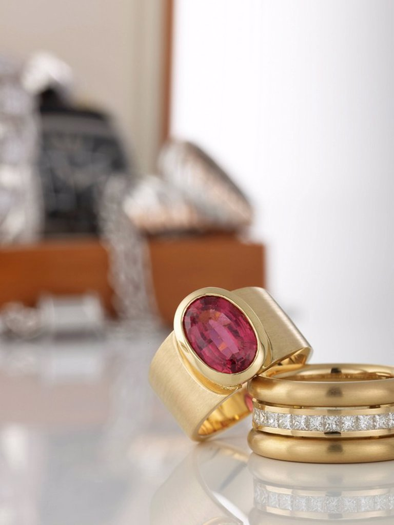 Stock Photo: 1815R-53163 Two rings in foreground, in the background jewel box